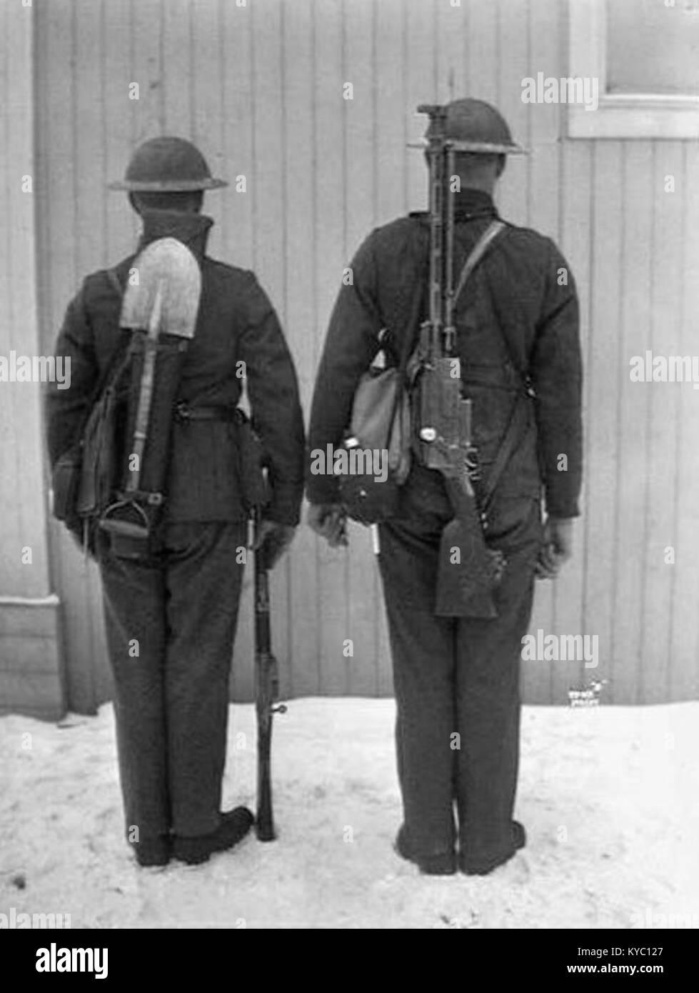 Norwegian soldiers with Krag-Jørgensen rifle and Madsen LMG - Stock Image