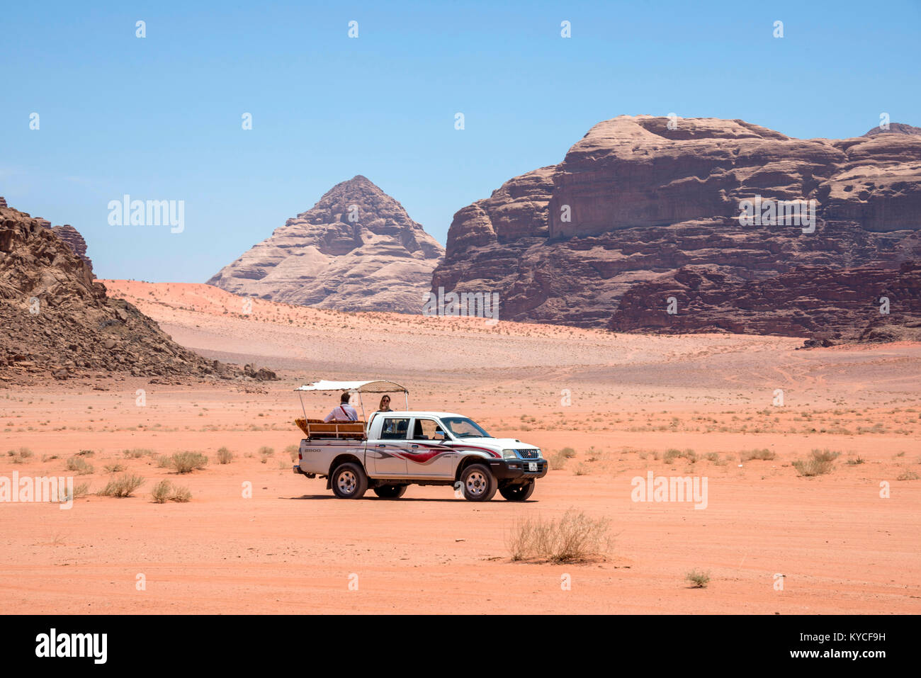 All-terrain pick-up with tourists, circulating in the desert of Wadi Rum, Jordan - Stock Image