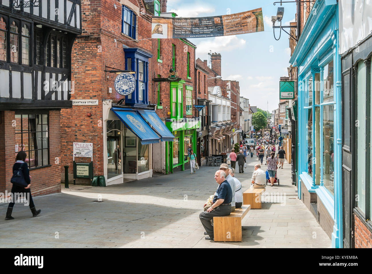 Busy Shopping Street in the City Centre of Lincoln, East England. | Moderne Einkaufstrasse in der Innenstadt von - Stock Image