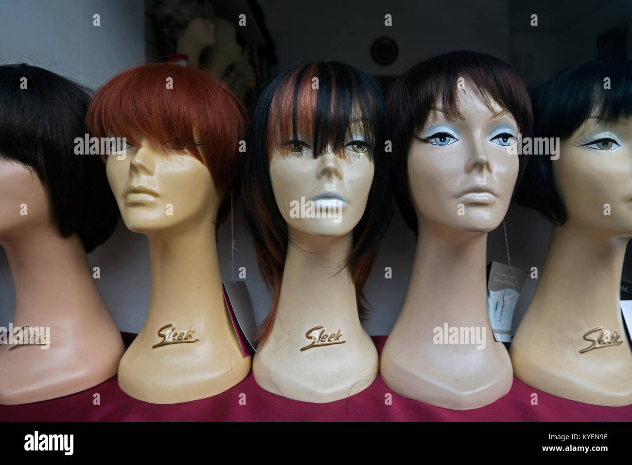 Vintage female mannequin heads in a shop window in Edinburgh. - Stock Image