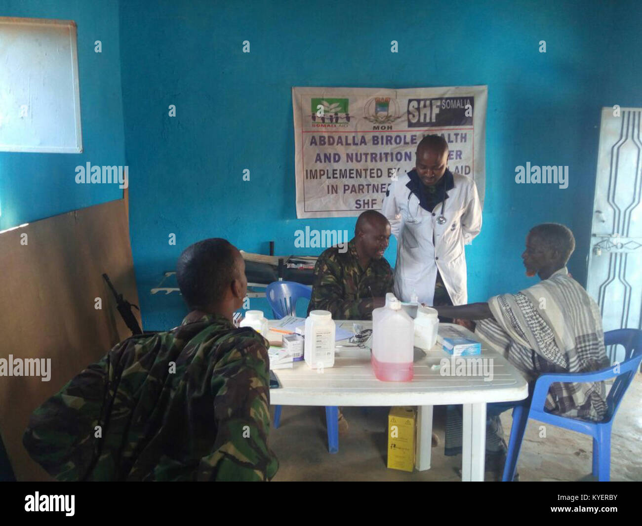 Kenyan soldiers, as part of the African Union Mission in Somalia, conduct medical checkups for local residents in - Stock Image
