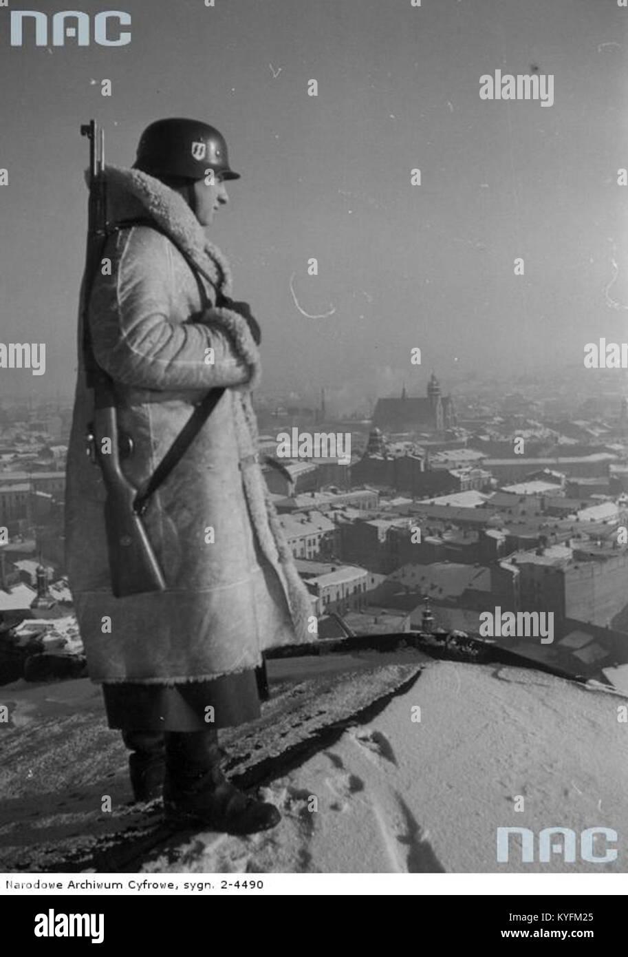 Wartownik z 10 pułku ss totenkopf na dachu zamku królewskiego w krakowie stock image