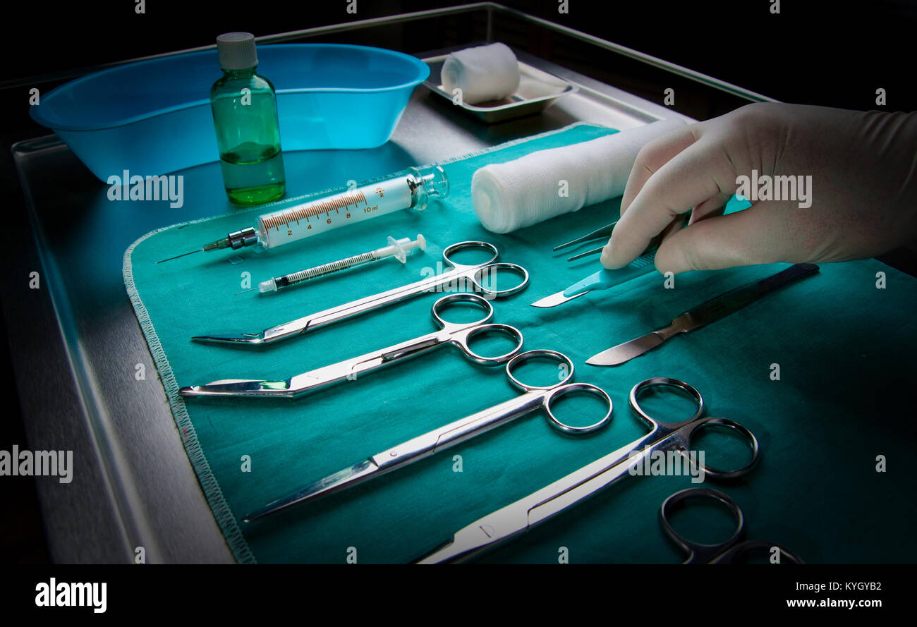Montreal,Canada,19,September,2009.Hand reaching for surgical scalpel Credit:Mario Beauregard/Alamy Live News - Stock Image