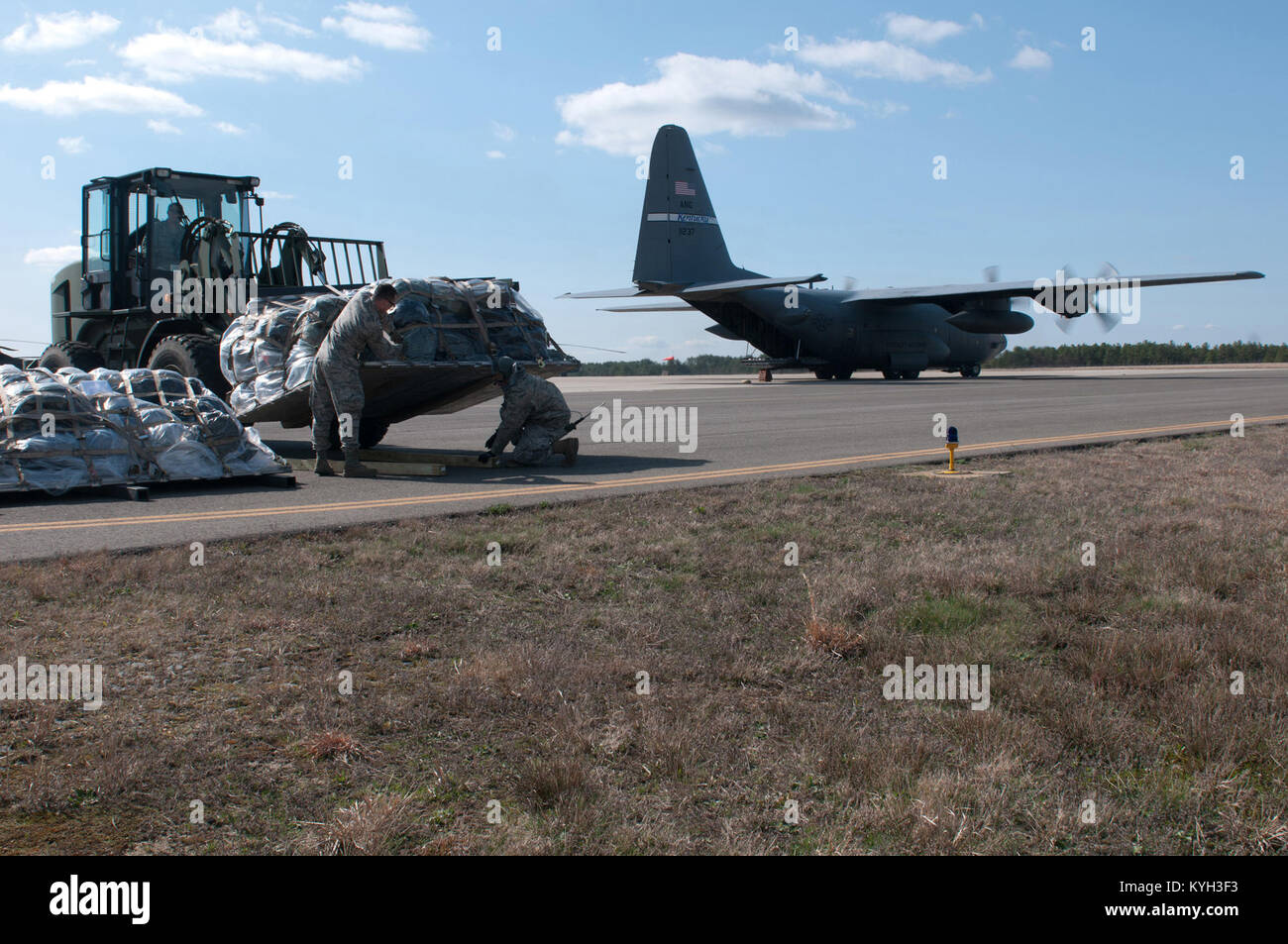 Pallets of cargo are offloaded from a Kentucky Air Guard C-130 during an Engine Running Offload at Joint Base McGuire Stock Photo