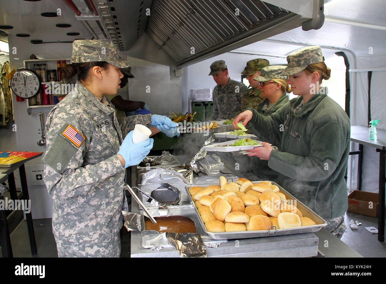 Soldiers with the 2112th Mess Team serves lunch to Soldiers during the Department of the Army's Phillip A. Connelly - Stock Image