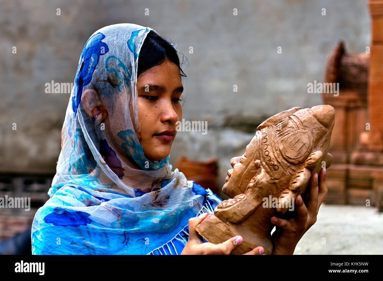 Young woman of a pottery makers family, from the minority Cham people in Bau Truc village, near Phan Rang, Central Stock Photo