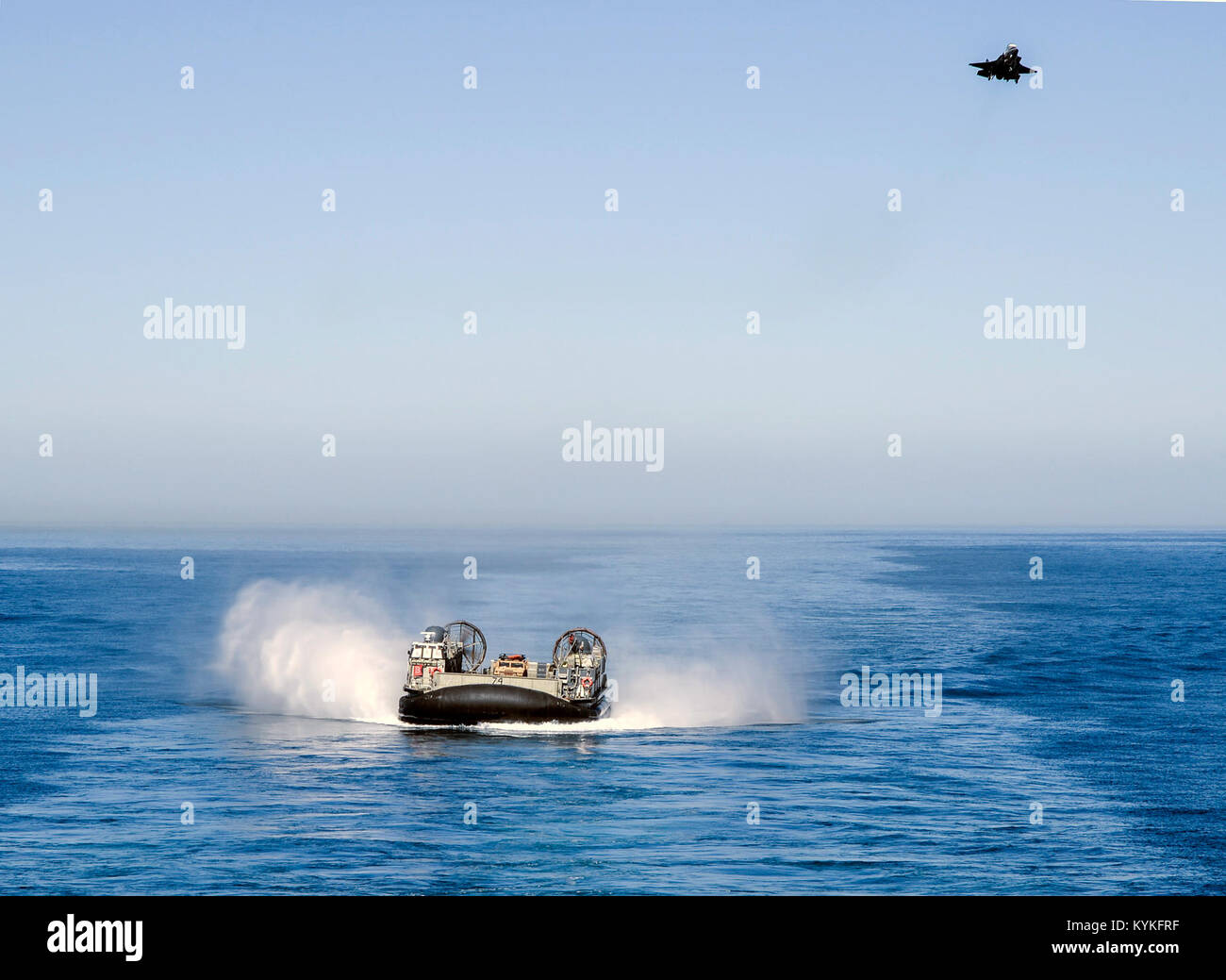 PACIFIC OCEAN (Oct. 24, 2017) A Landing Craft, Air Cushioned (LCAC) from Assault Craft Unit (ACU) 5 approaches the - Stock Image