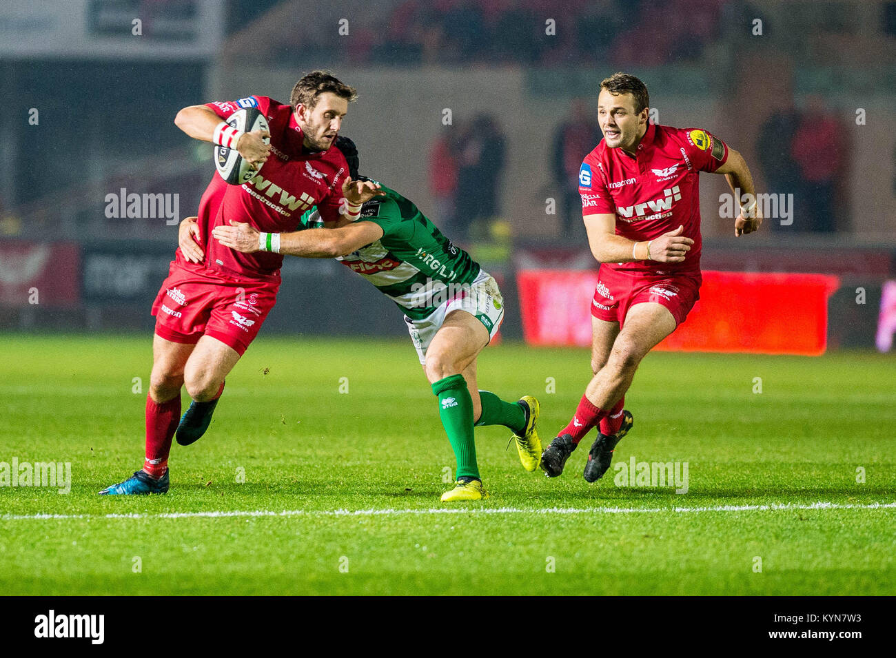 LONDON, ENGLAND - OCTOBER 28:  Dan Jones of Scarlets ( right ) ahead of the Premier League match between Arsenal - Stock Image