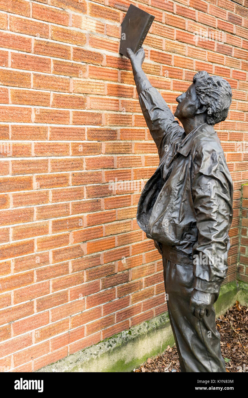 The 'Art within reach' sculpture by artist  Kevin Atherton outside the Cobbett Road public library in Southampton, - Stock Image
