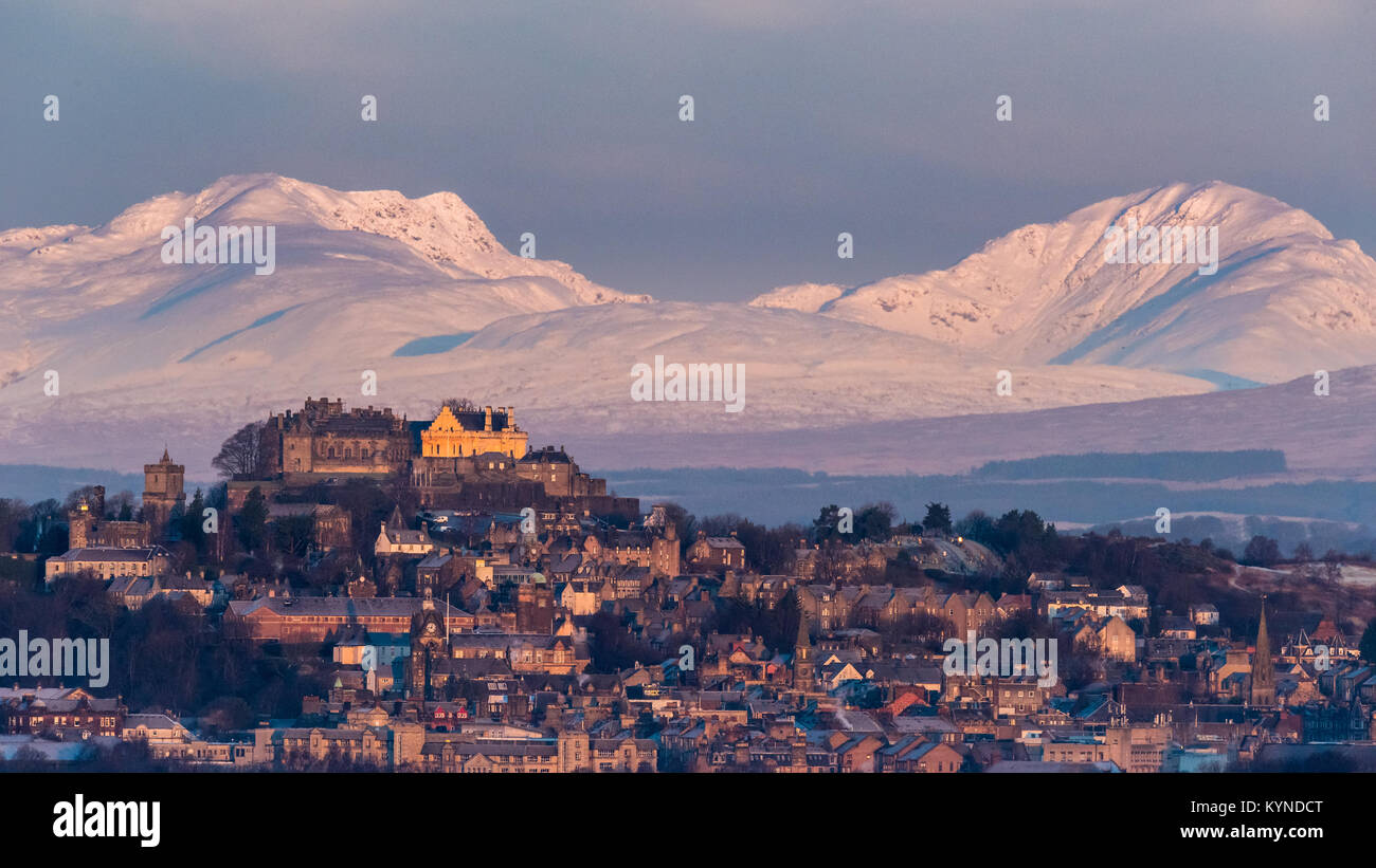 The early morning light on Stirling castle and wintery hills beyond Stock Photo