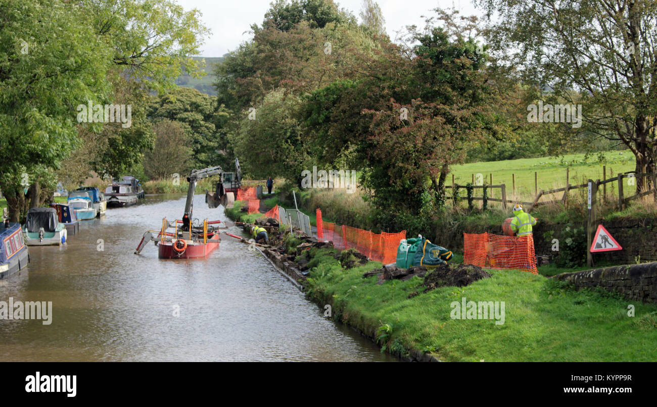 Civil engineering contractors D G Mills are working for the Canal and River Trust to rebuild the towpath wall  along - Stock Image
