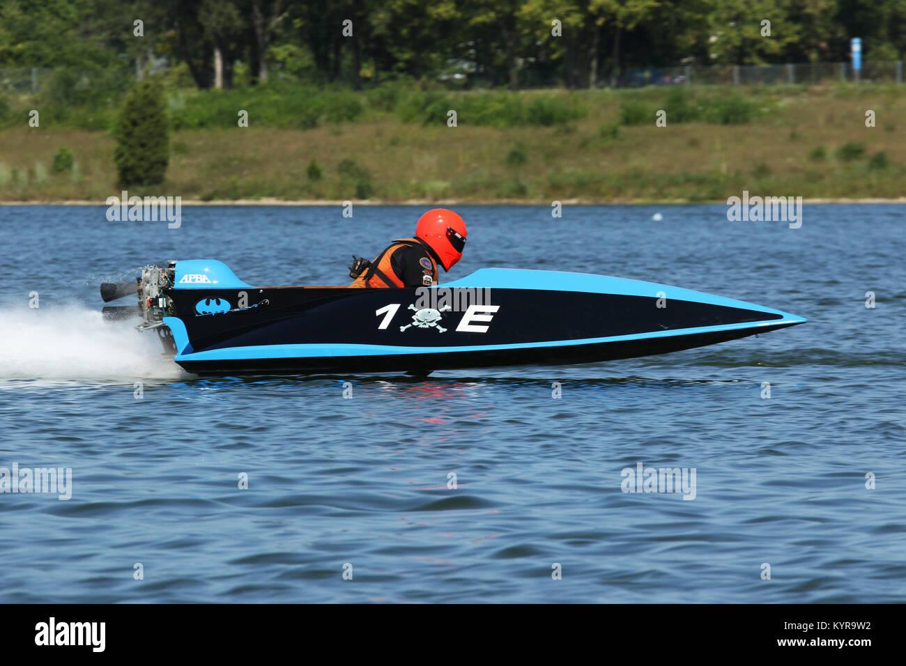 Boat 1E. Outboard Hydroplane boat races. Dayton Record Runs Regatta. Eastwood Lake, Dayton, Ohio, USA. - Stock Image