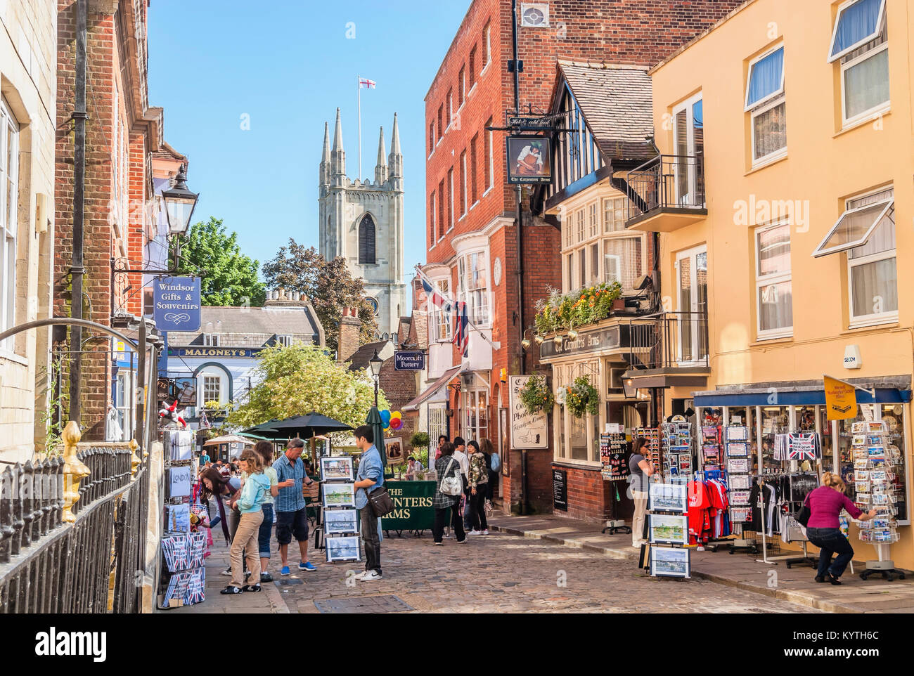 Historical town centre of Windsor, Berkshire, England. | Touristen im historischen Stadtzentrum von Windsor, England. - Stock Image
