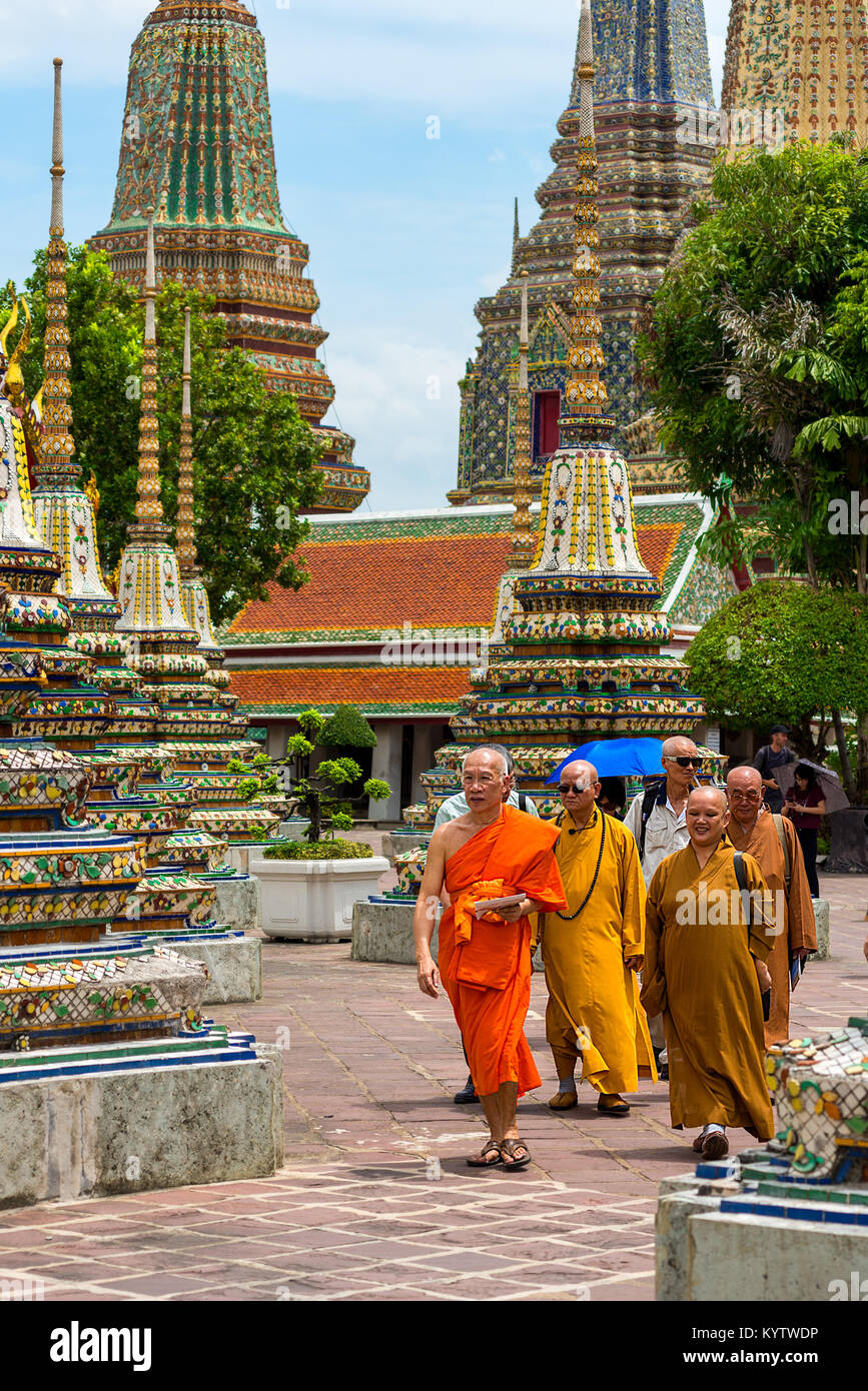 23/06/17 Wat Pho Temple, Bangkok, Thailand. Male and female Monks walk among the Pagodas at the Wat Pho Buddhist - Stock Image