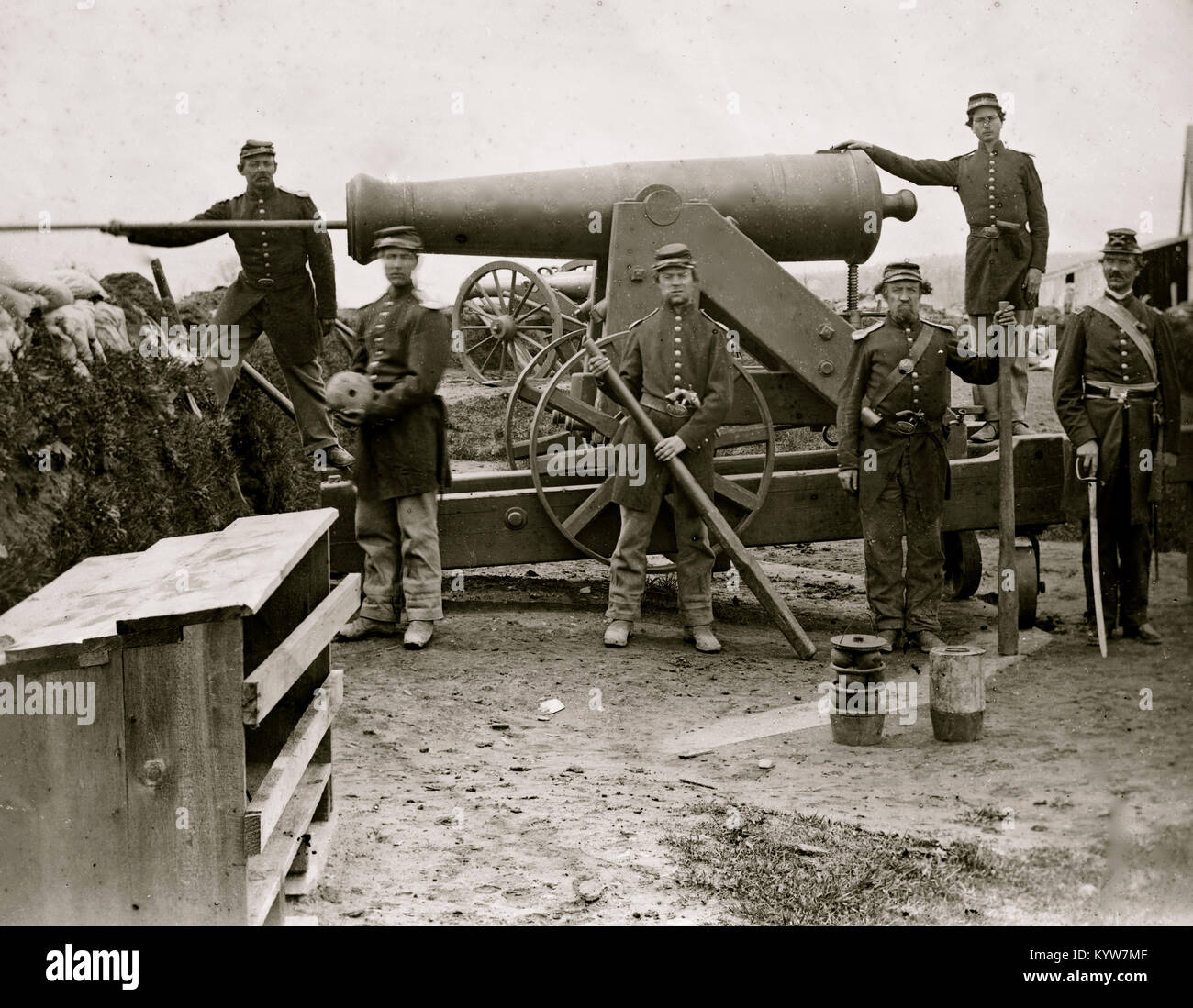 Arlington, Virginia. Soldiers of 4th New York heavy Artillery loading 24-pdr. siege gun on wooden barbette - Stock Image