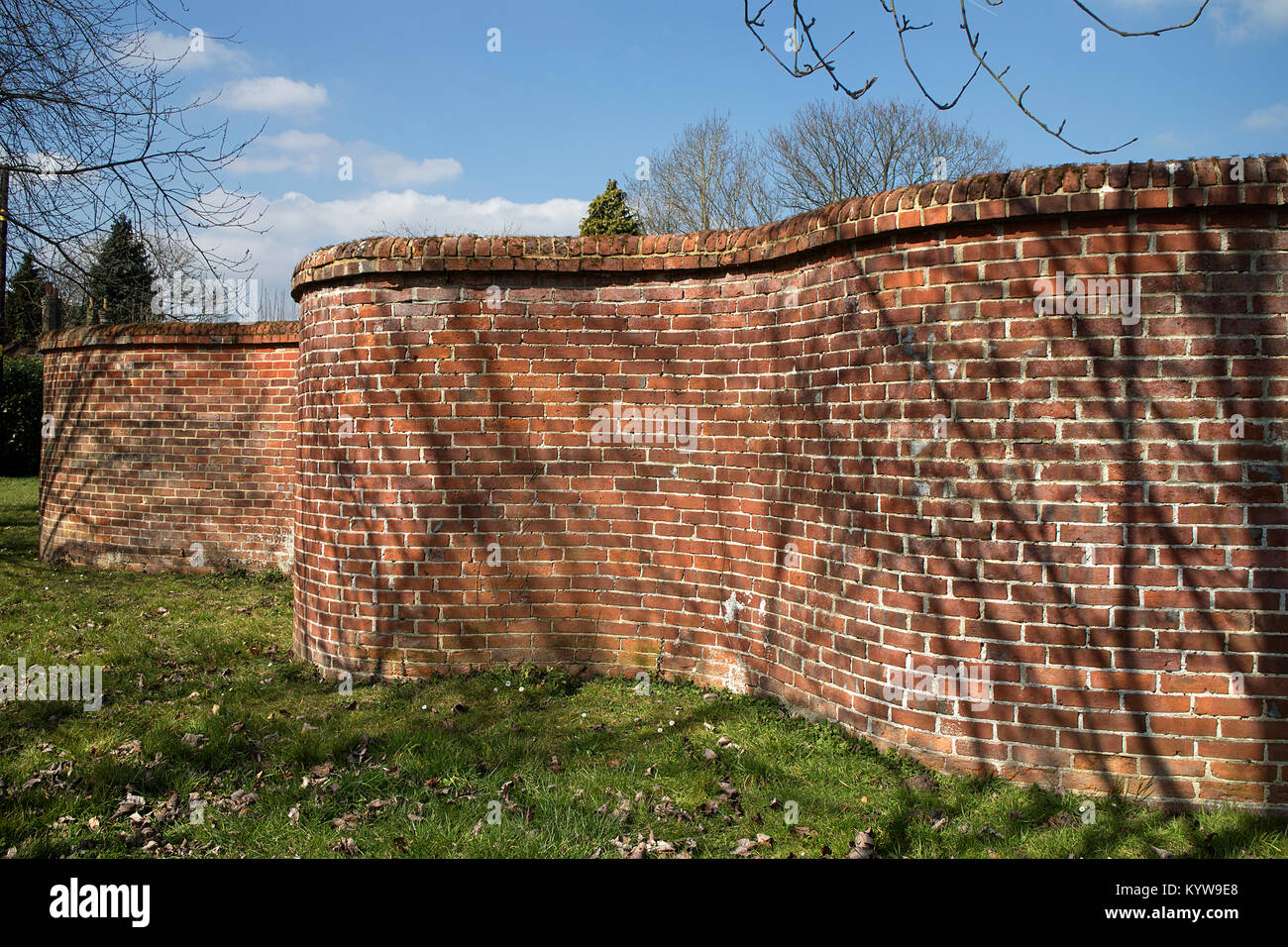 A section pf the crinkle-crankle wall (listed) at Broadwater Park, Farncombe, near Godalming, Surrey - Stock Image