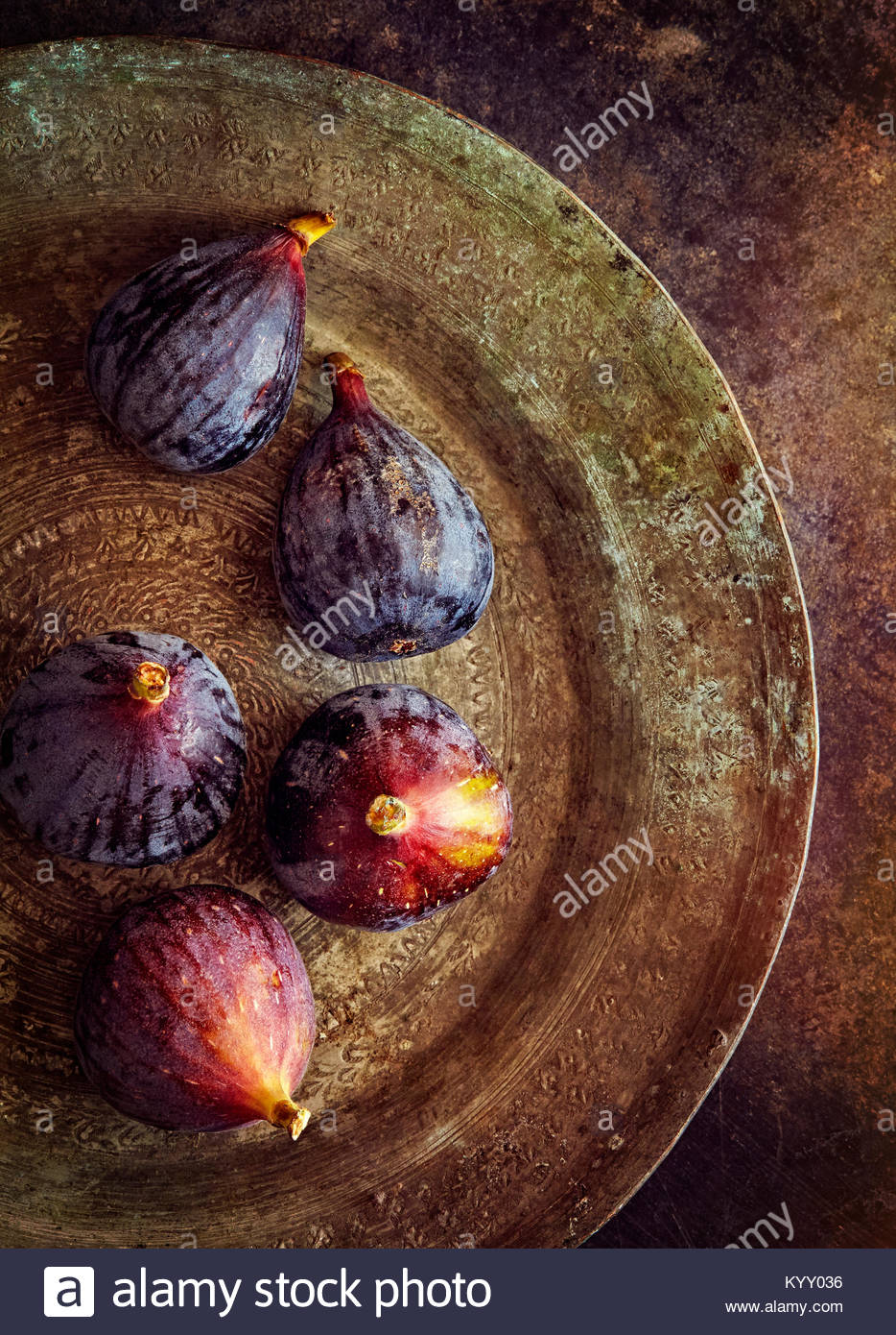 Overhead view of figs in metallic plate - Stock Image