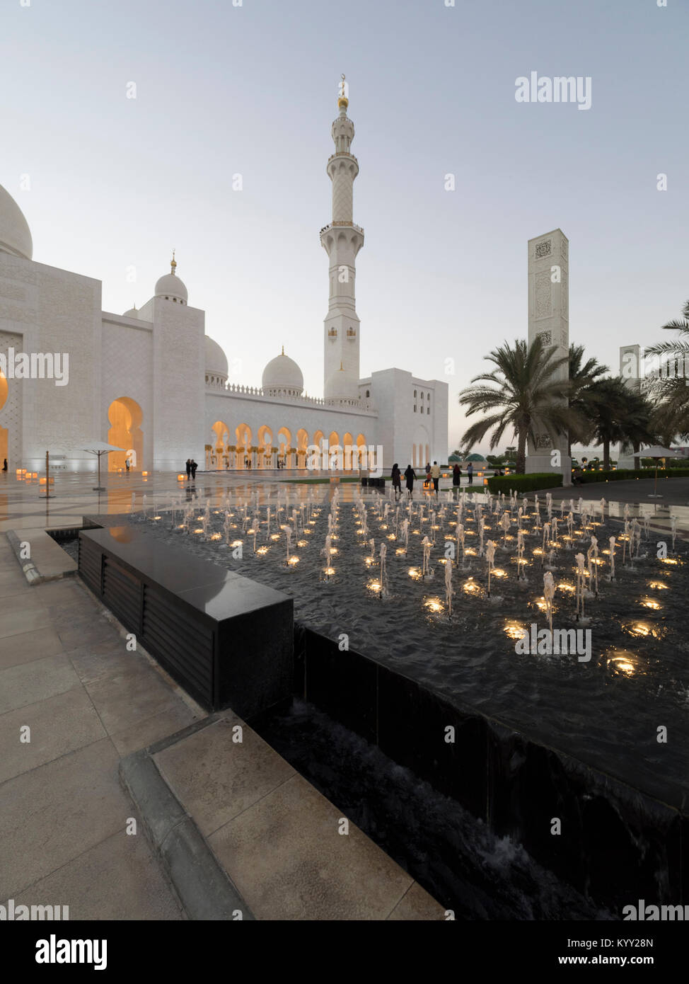 Fountain in front of Sheikh Zayed Mosque - Stock Image