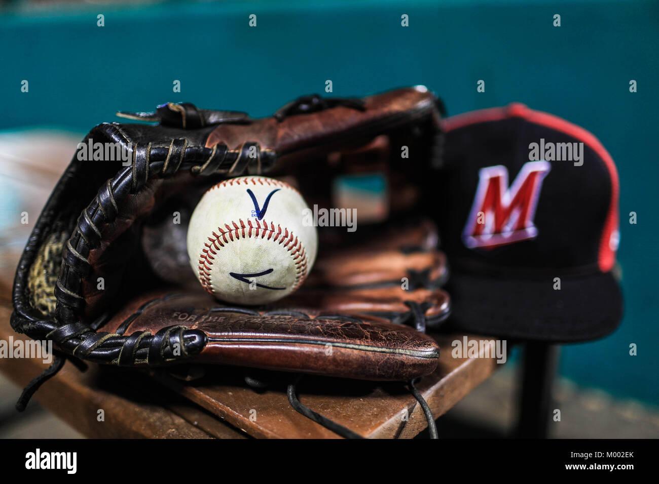 Detalle de gorra de Venados, Gante de beisbol y pelota (Costuras) de Mazatlan, lineup naranjeros , durante las aciones Stock Photo