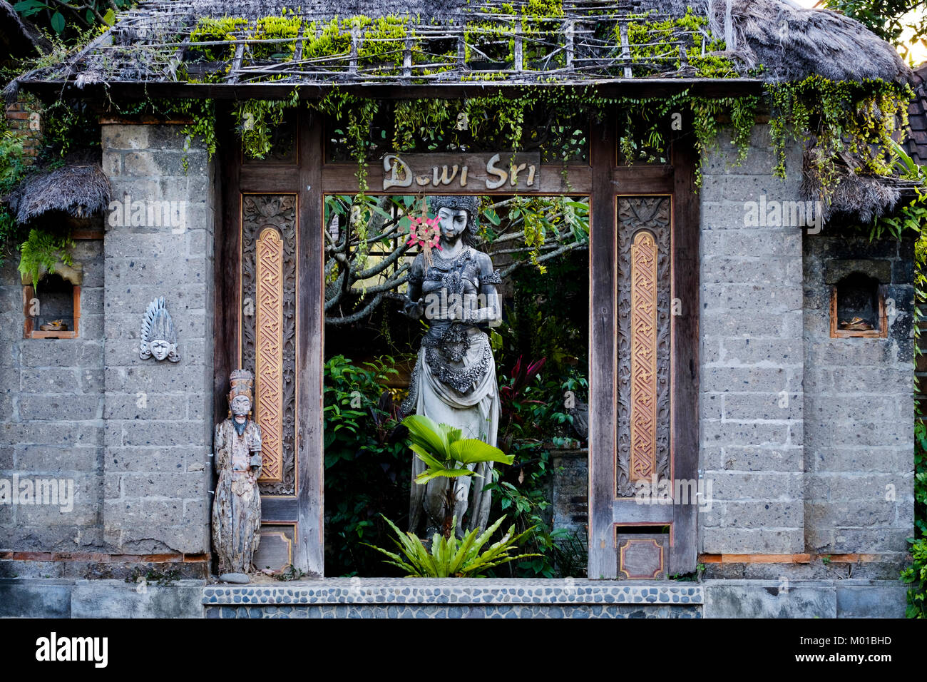 Balinese doorway with statue of Dewi Sri (goddess of rice and fertility), Ubud, Bali, Indonesia. - Stock Image
