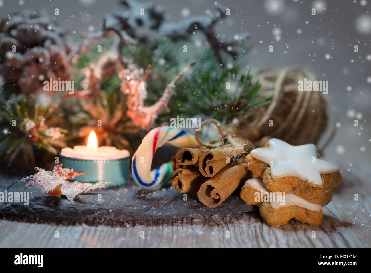 Christmas decorations with cinnamon sticks and cookies - Stock Image