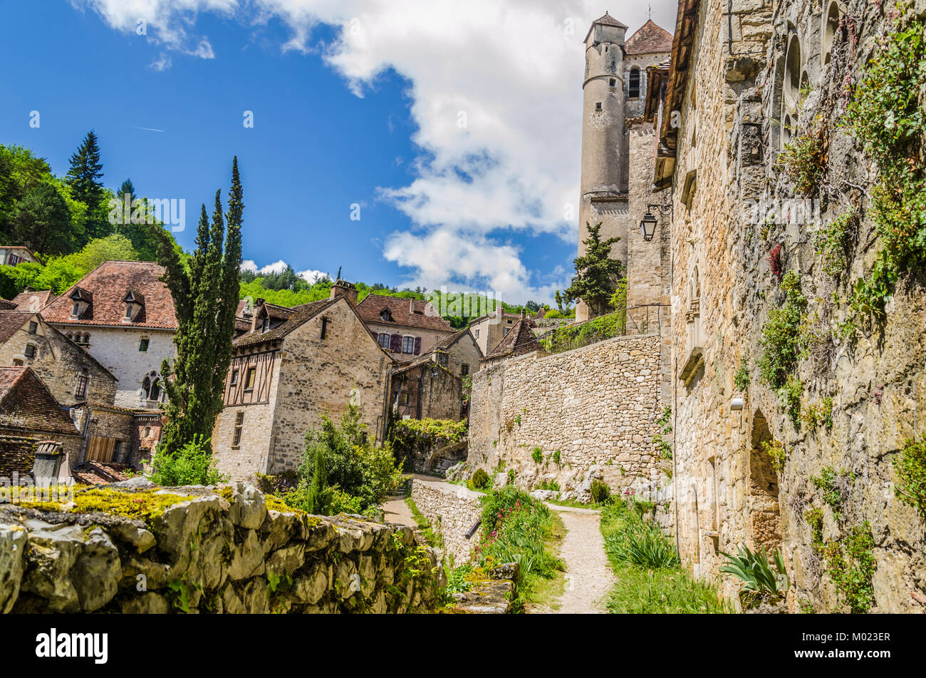 In the department of Lot and in the French commune of midi pyrenees we find the village of Saint cirq Lapopie with - Stock Image