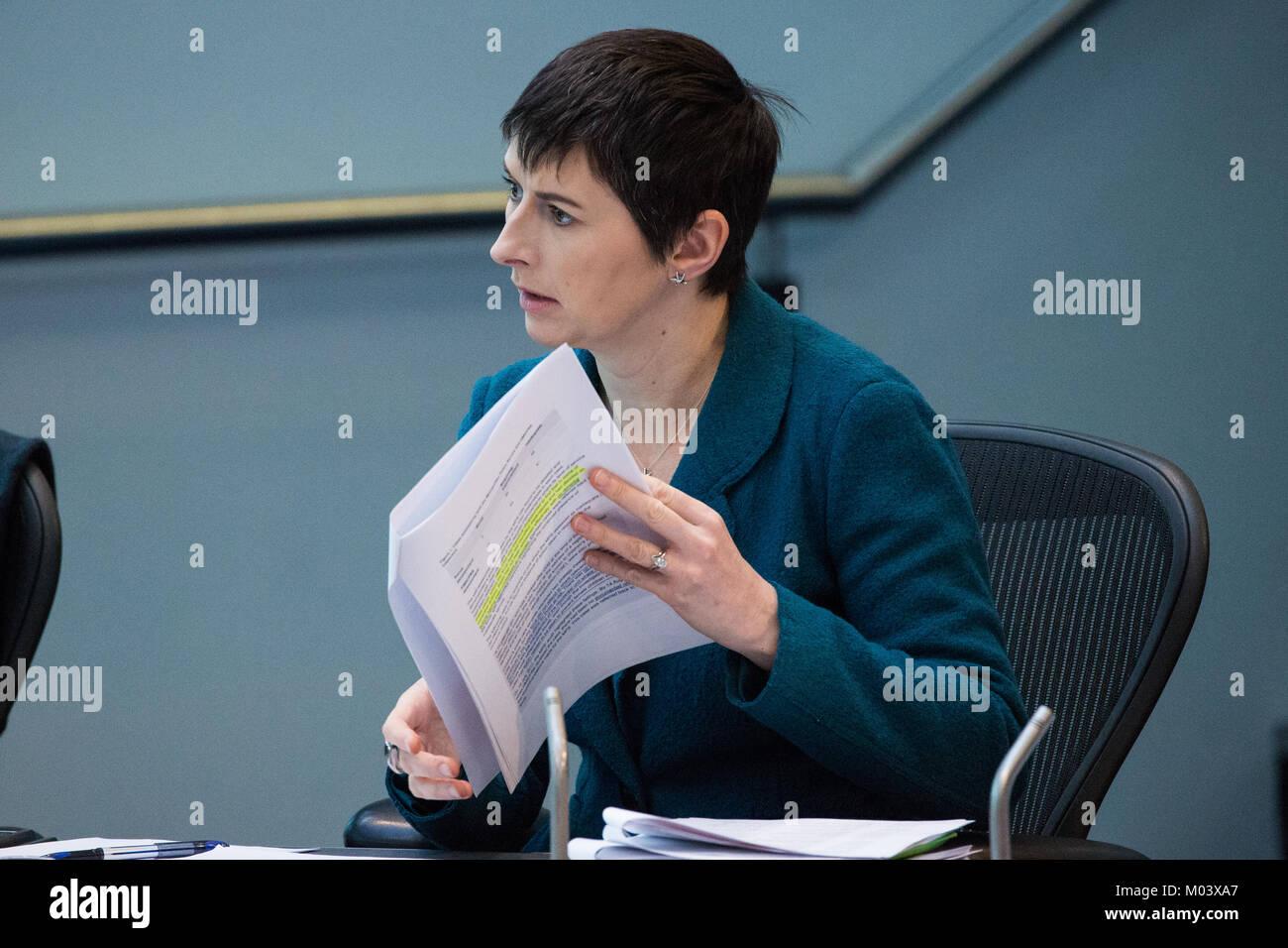 London, UK. 18th Jan, 2018. Caroline Pidgeon, Liberal Democrat London Assembly Member, asks a question to Mayor - Stock Image