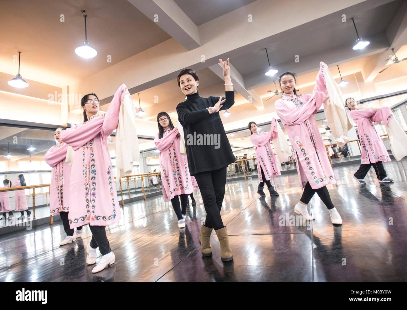 Wuhan, China's Hubei Province. 18th Jan, 2018. Artist Li Lanping (C) from Hubei Peking Opera Academy teaches - Stock Image