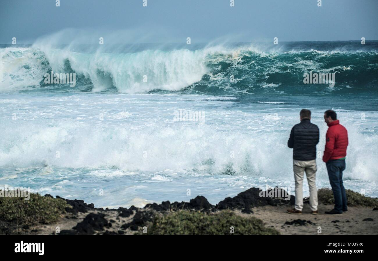 Lanzarote, Spain. 18th Jan, 2018. People observe the waves crashing in Lanzarote, Canary Islands, Spain, 18 January Stock Photo