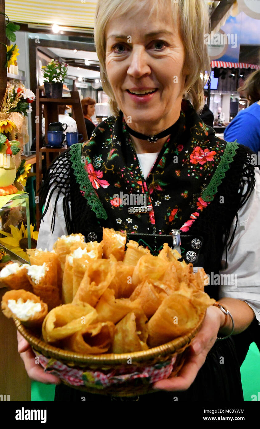 Berlin, Germany. 18th Jan, 2018. Cordia Wolf offers 'Klemmkuchen' from Flaeming in the Brandenburg Hall - Stock Image