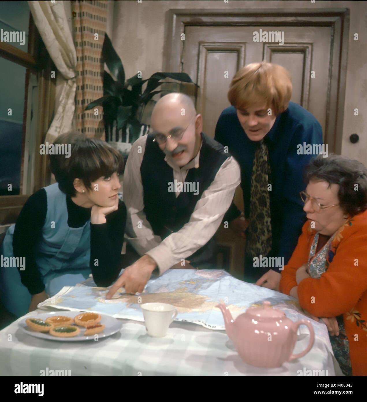 TILL DEATH US DO PART BBC TV series 1965-1975. From left: Una Stubbs, Warren Mitchell, Anthony Booth, Dandy Nicholls. - Stock Image