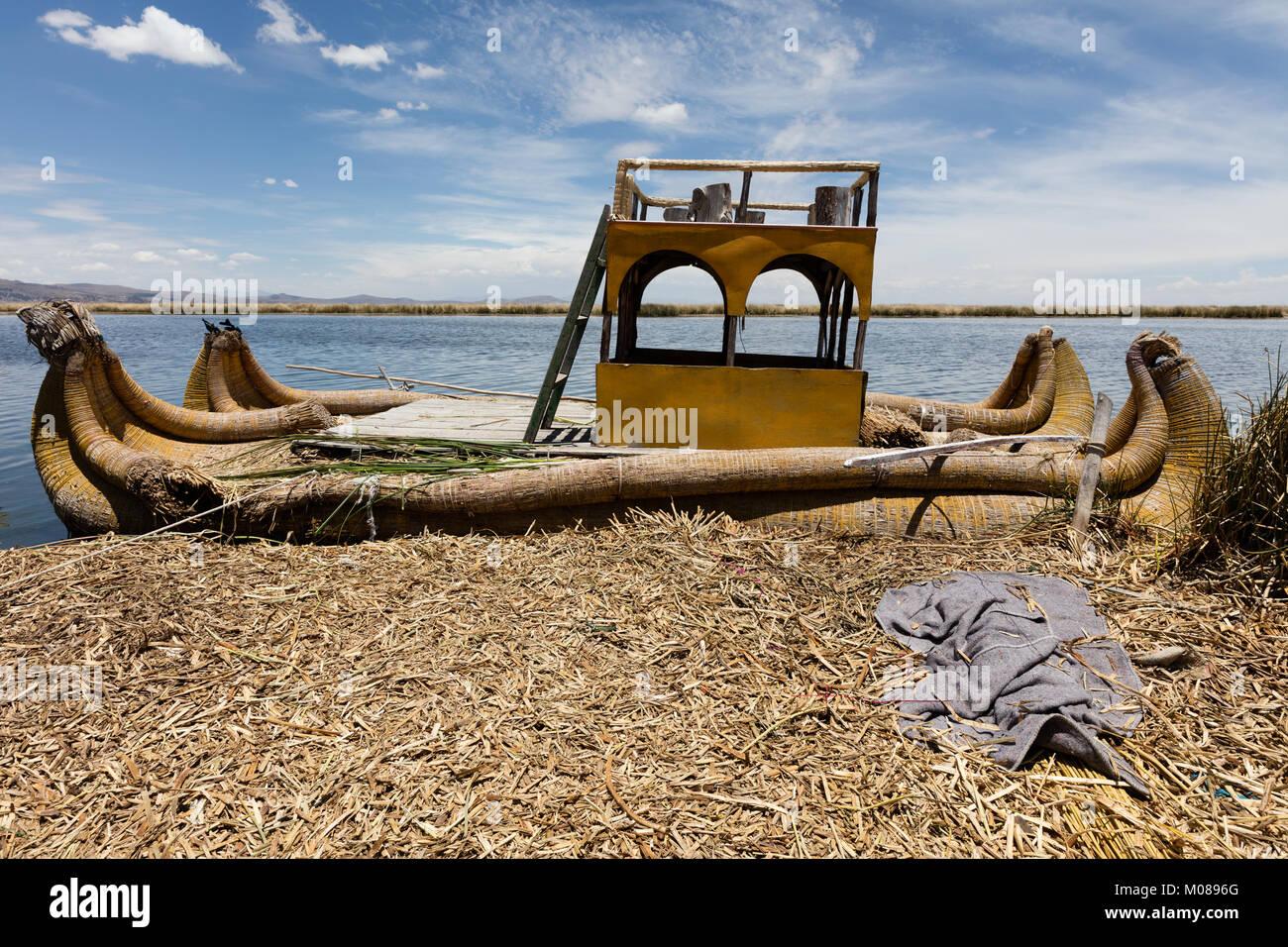 Traditional reed boat (totora) in the Uros Islands, Titicaca Lake or Titikaka Lake, Peru, South America - Stock Image