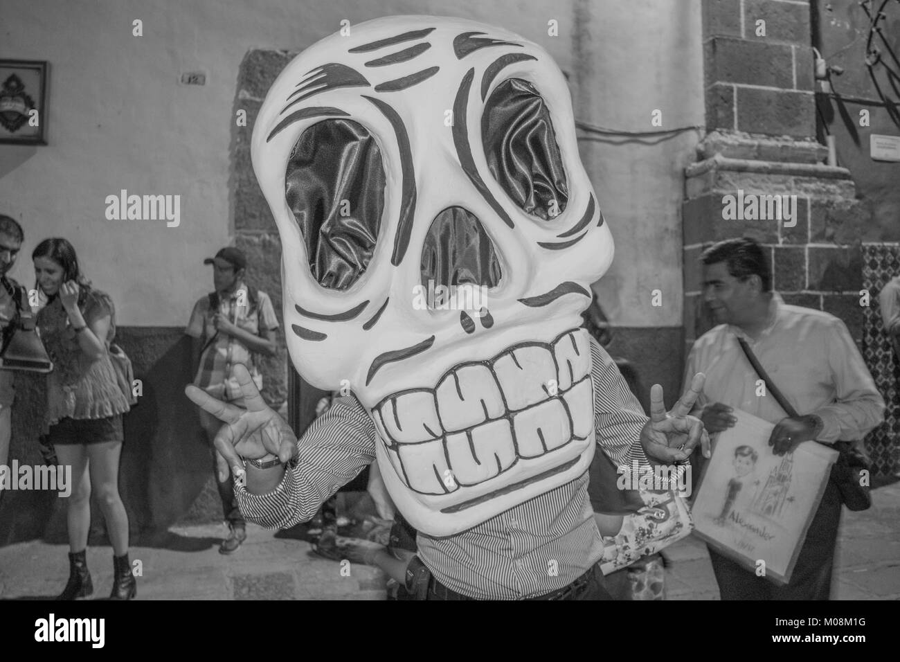 Giant skull mask- celebratory costume and masks for the Day of the Dead festivities, in San Miguel de Allende, Mexico - Stock Image