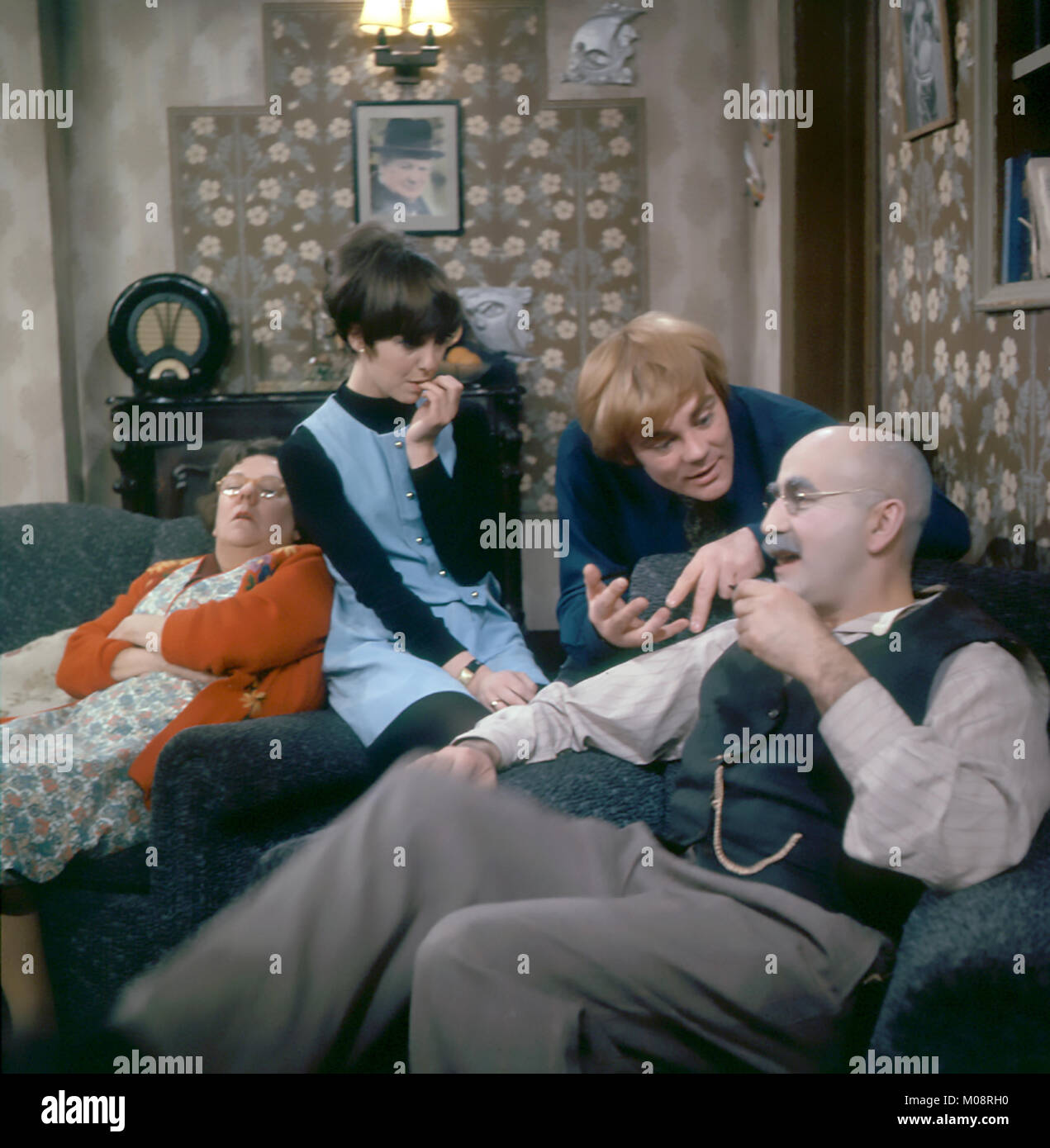 TILL DEATH US DO PART BBC TV series 1965-1975. From left: Dandy Nichols, Una Stubbs, Anthony Booth, Warren Mitchell. - Stock Image