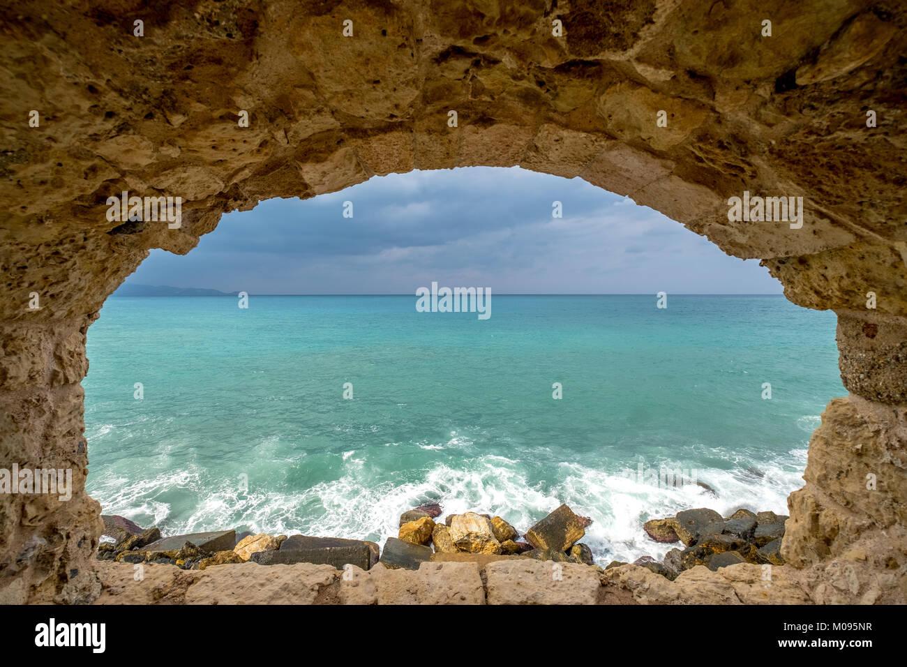 Blick auf das Mittelmeer durch ein Steinfenster der Festung Koules oder Festung Rocca al Mare, Iraklio, Heraklion, - Stock Image