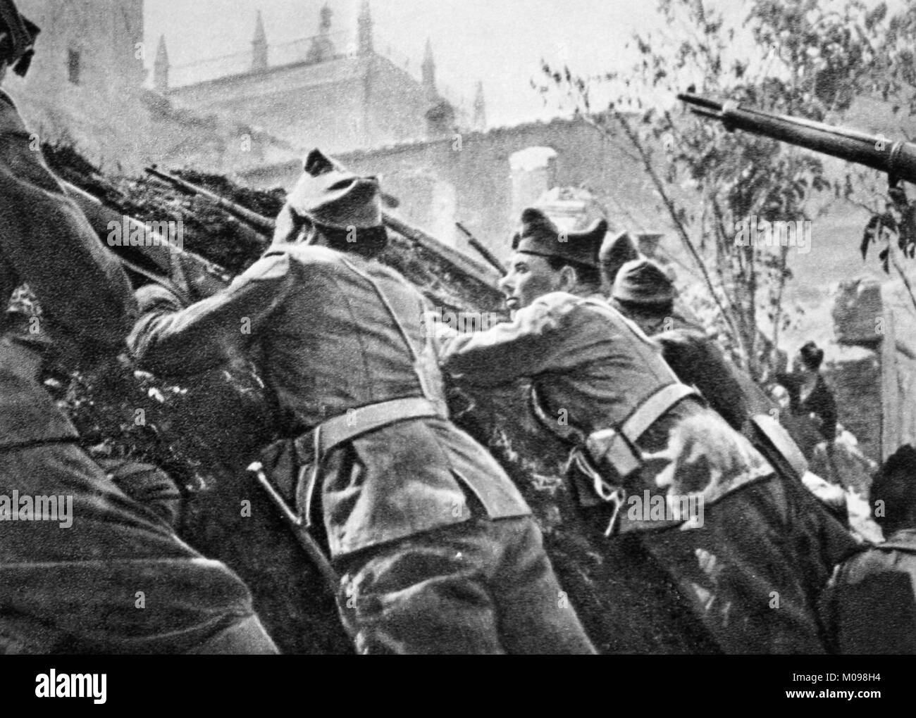Troops of the Second Spanish Republic posted in front of the Alcázar of Toledo during the early months - Stock Image