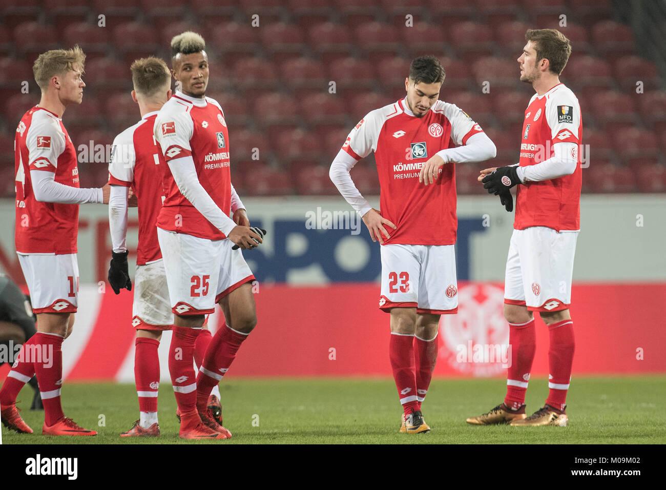 dejected after Spielschluss: die Mainzer Spieler  (v.r.)Stefan BELL (MZ), Suat SERDAR (MZ) und Jean-Philippe GBAMIN - Stock Image