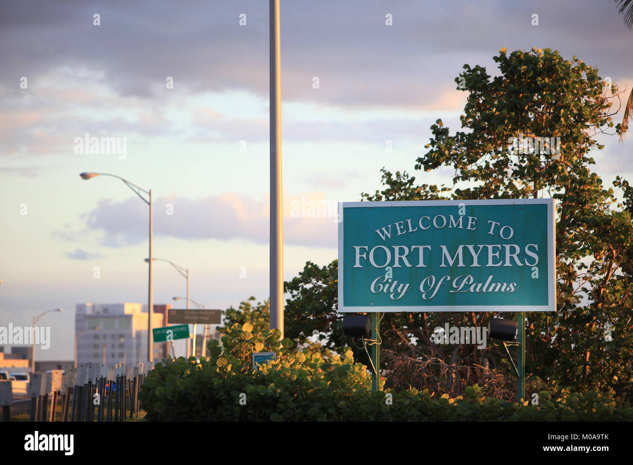Welcome to Fort Myers sign at the North Fort Myers side of the Caloosahatchie Bridge, © Katharine Andriotis - Stock Image
