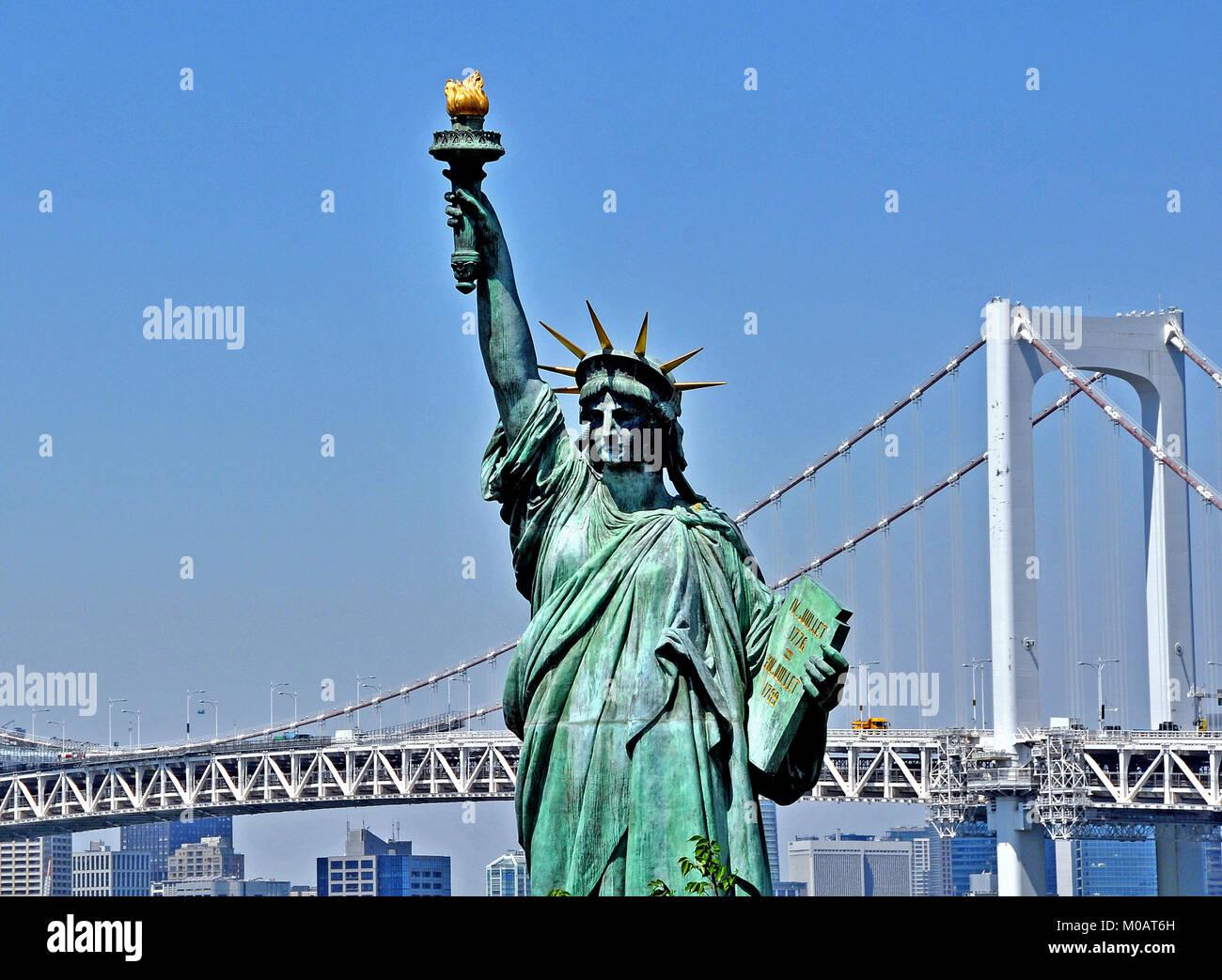 Rainbow bridge and Liberty statue, Odaiba, Tokyo, Japan - Stock Image