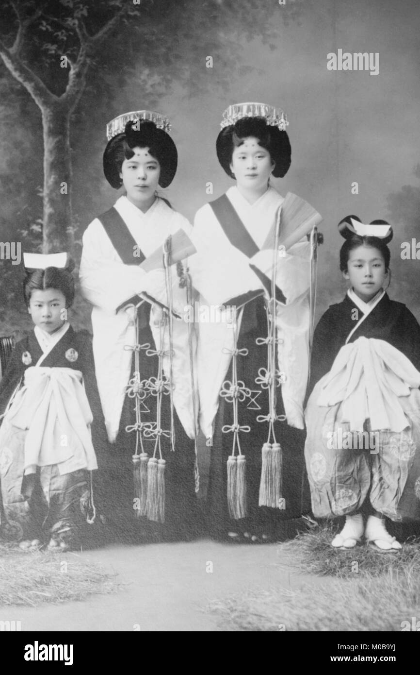 Japanese Mothers with Their Children wear traditional Kimono with Obi & hair combs - Stock Image