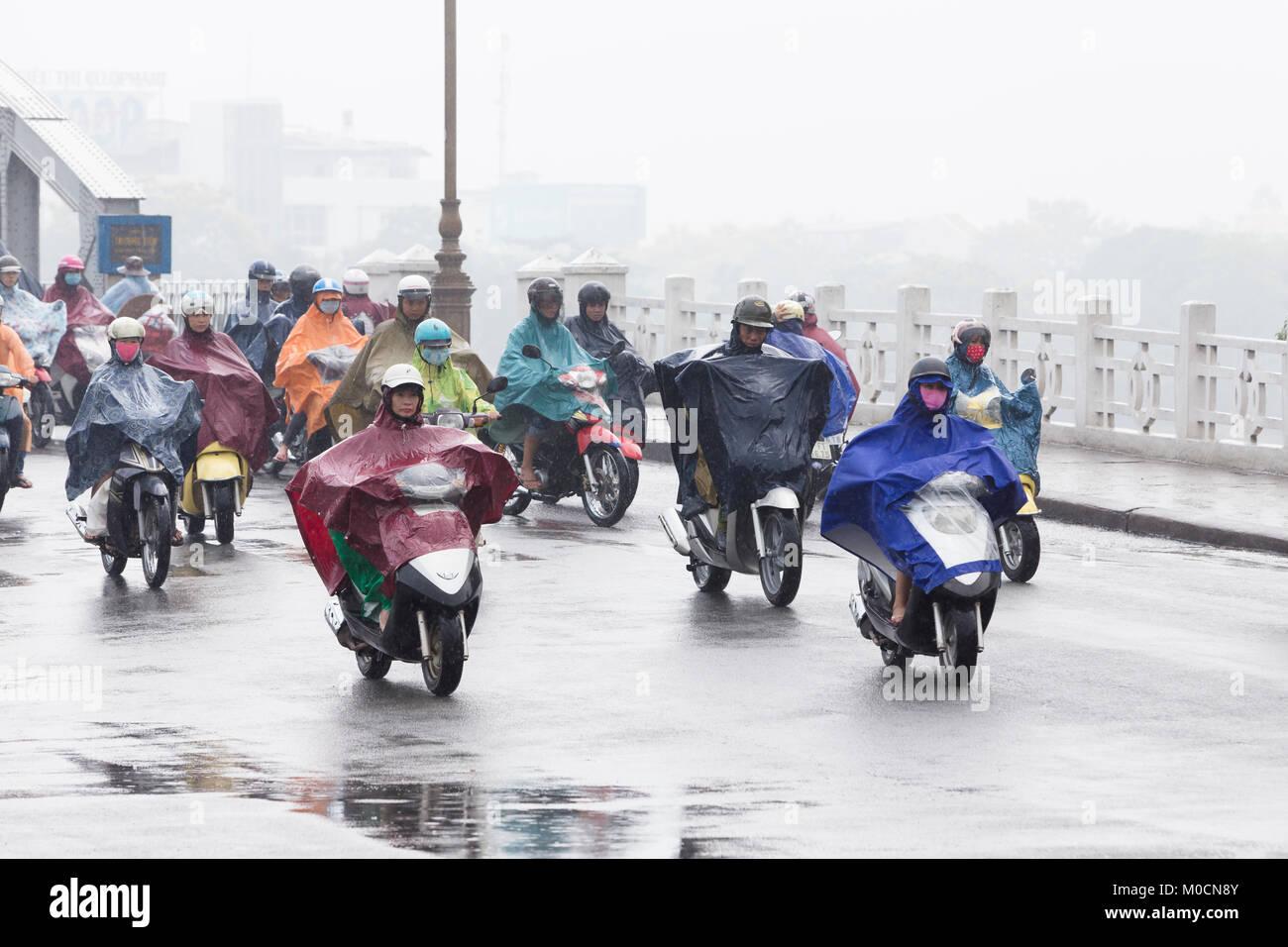 Traffic on the Trang Tien bridge in Hue, Vietnam - Stock Image