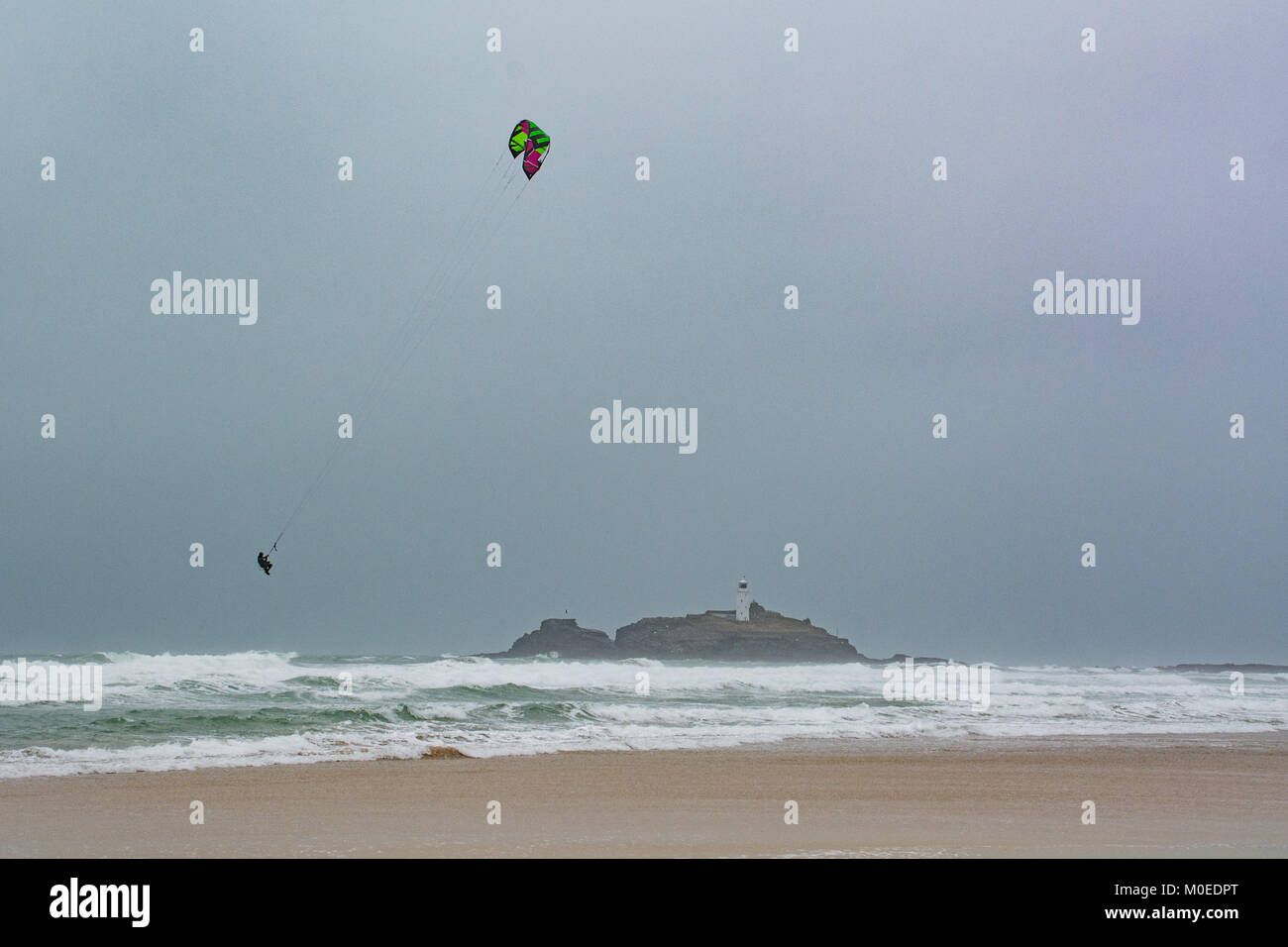 Gwithian, Hayle, Cornwall, UK. 21st Jan 2018. UK Weather. With 50mph gusts this kite surfer was making the most - Stock Image