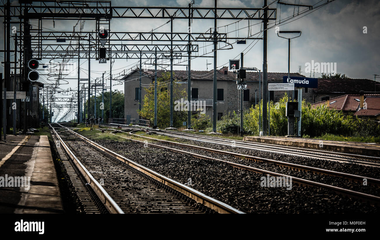 Rail tracks disappear into the vanishing point at Cortona Railway station, Italy - Stock Image