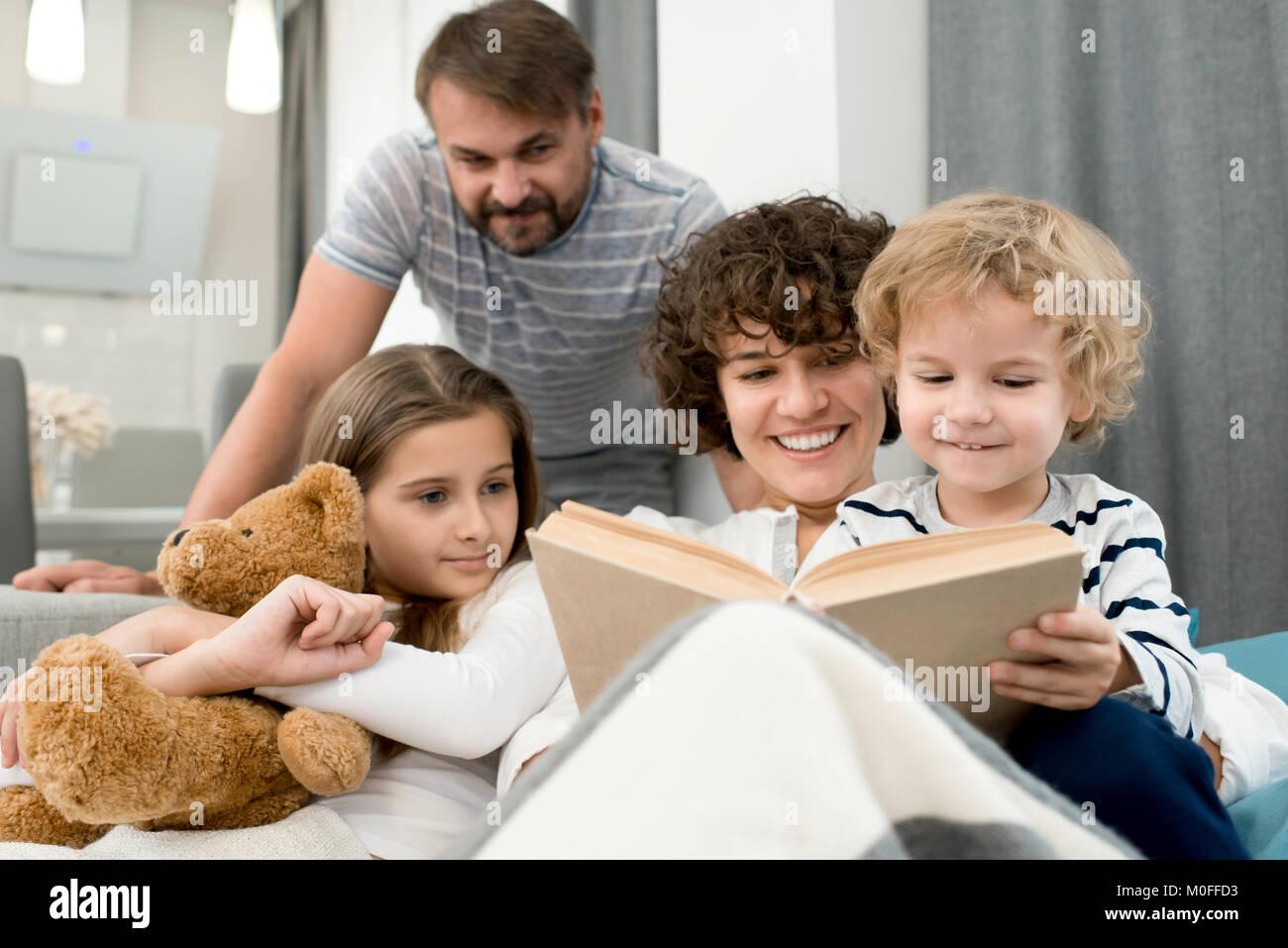 Lovely Family Reading Aloud - Stock Image
