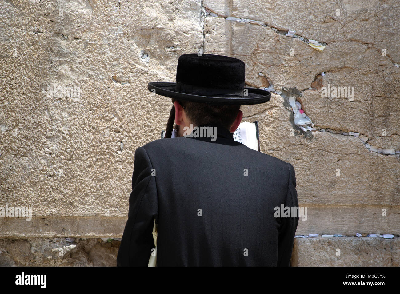 Man praying at the Wailing Wall - Stock Image