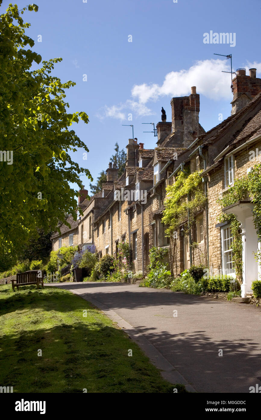 Street scene in honeypot Burford, Cotswolds, Oxfordshire, England, UK - Stock Image