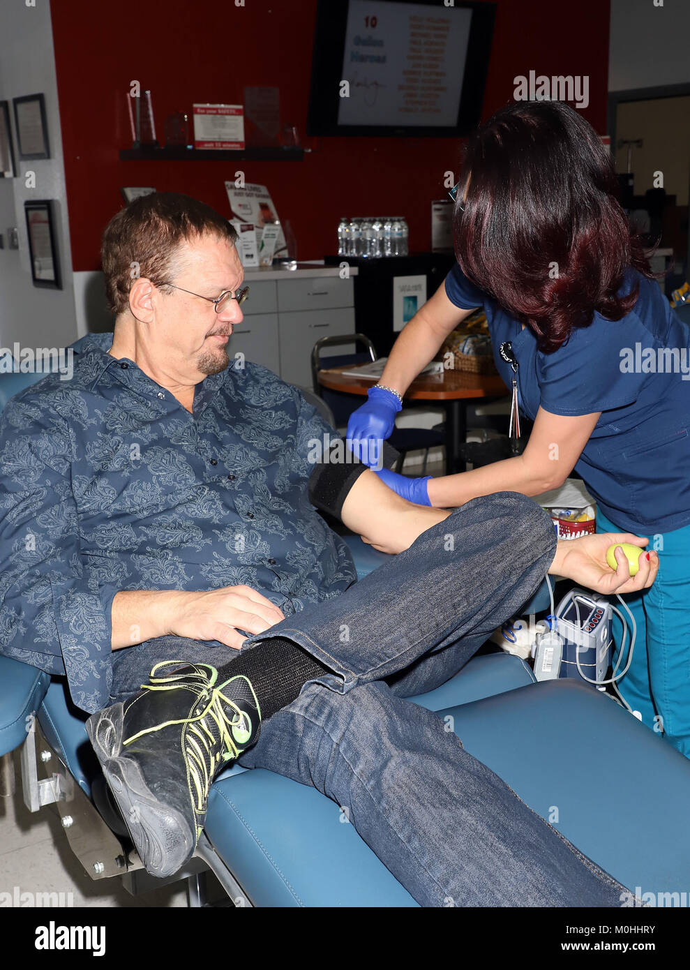 17th Annual Penn & Teller Blood Drive Kick Off  '13 Bloody Days of Christmas' at United Blood Drive - Stock Image