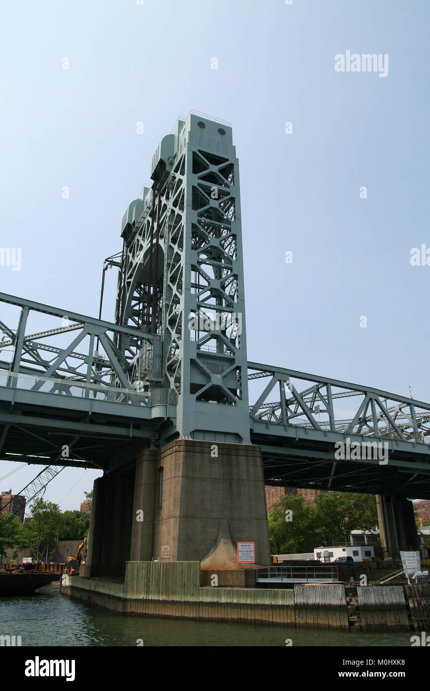 The Harlem River Lift Bridge, Harlem River, Upper Manhattan, New York City, New York State, USA. - Stock Image