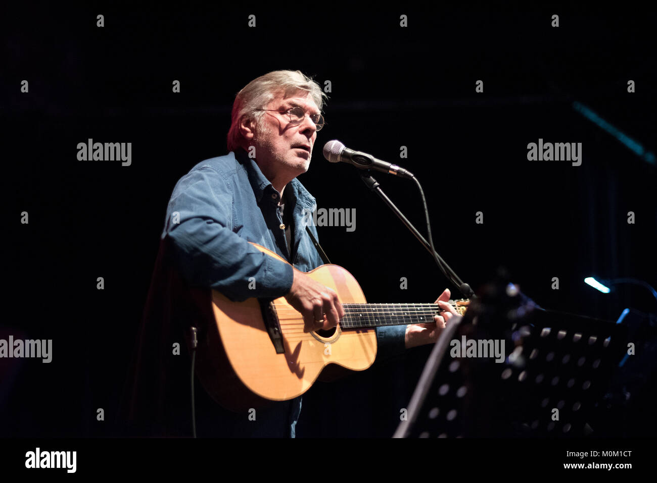 Steve Tilston performs in a tribute concert to the late Dave 'Swarb' Swarbrick, The Trades Club, Hebden - Stock Image
