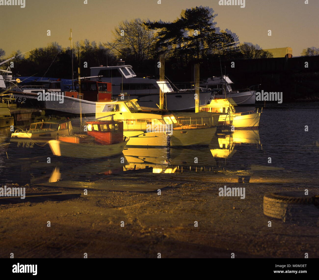 AJAXNETPHOTO. HAMBLE RIVER, ENGLAND. - TIDE RANGE - EFFECT OF TIDAL RANGE HEIGHT DIFFERENCE BETWEEN HIGH AND LOW - Stock Image